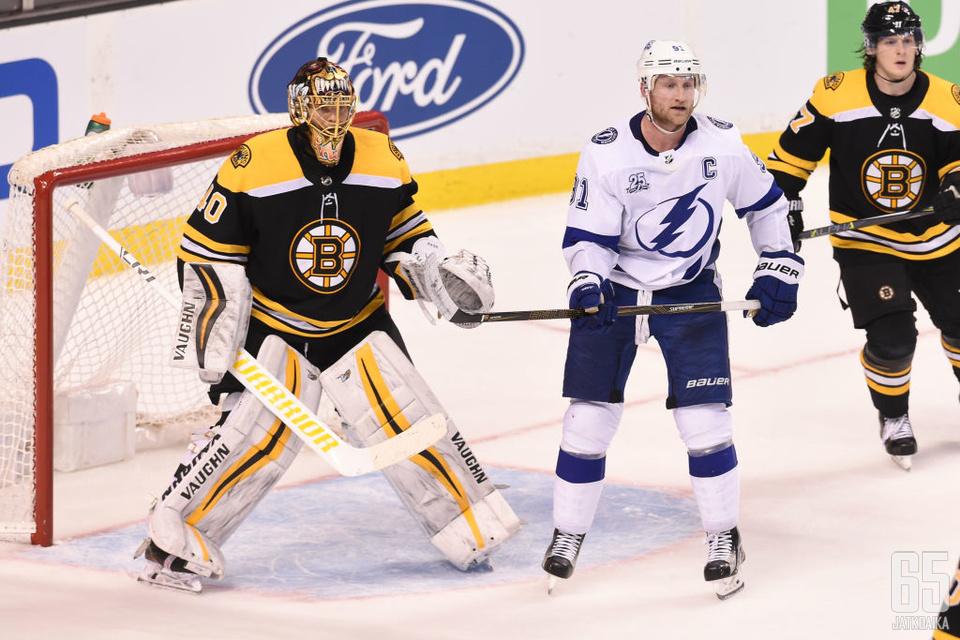 Tuukka Rask johdatti Boston Bruinsin Itäisen konferenssin kärkisijalle ohi Tampa Bay Lightningin.