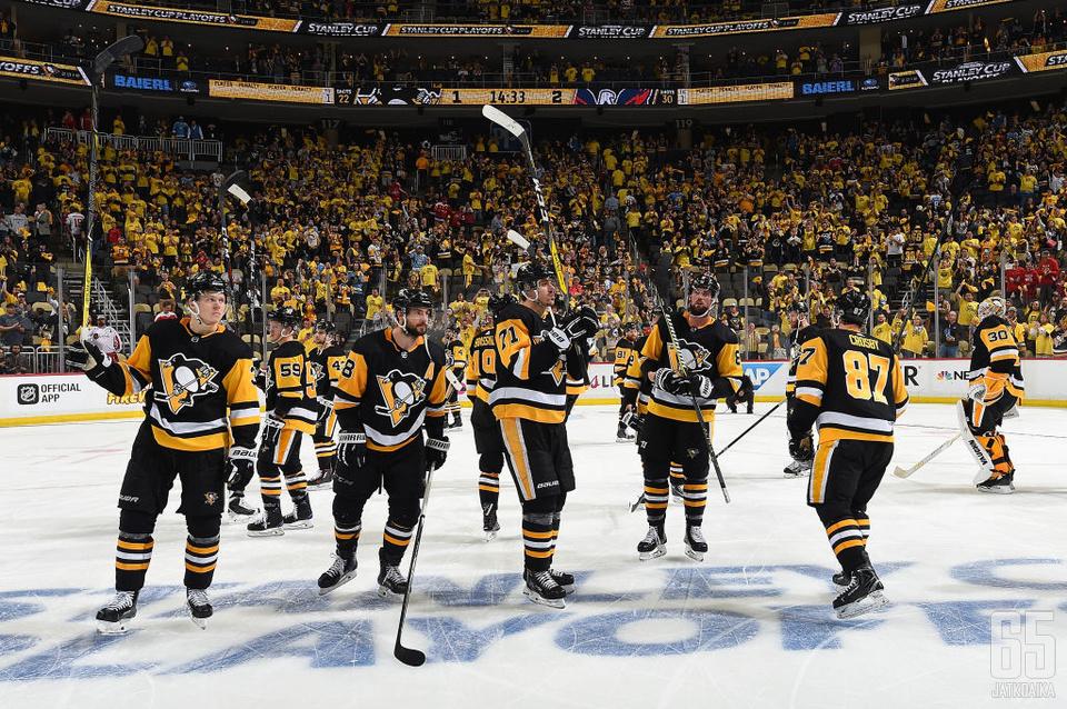 Kaksi ilman kolmatta. Pittsburgh Penguins kiitti fanejaan kauden päätyttyä toiseen pudotuspelikierrokseen.