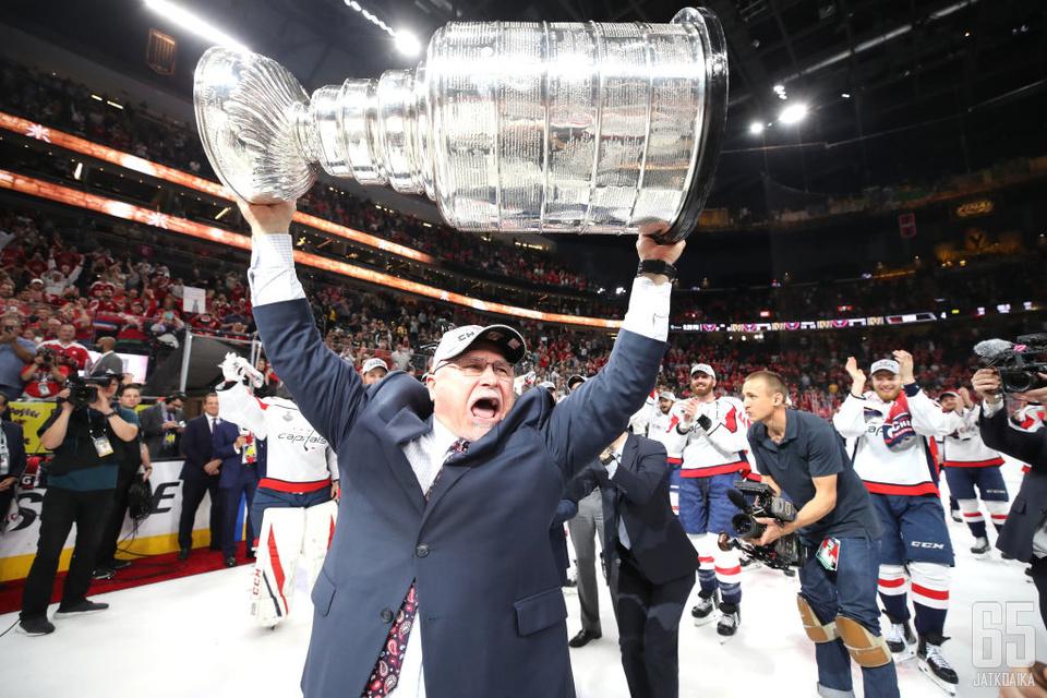 Barry Trotz nosteli Stanley Cupia Washington Capitalsin päävalmentajana.