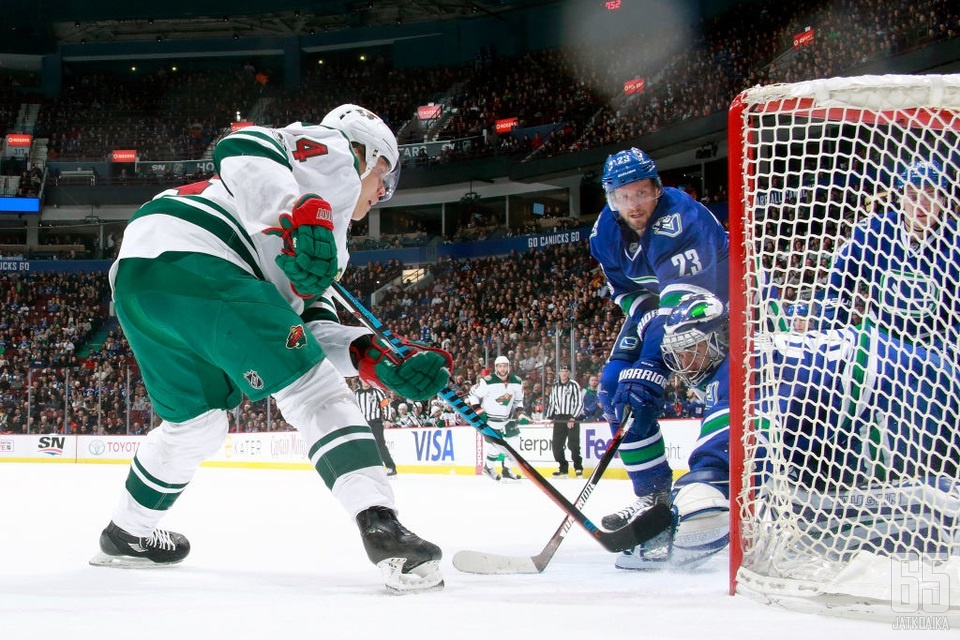 Mikael Granlund ryntää Vancouverin kimppuun lauantaina.