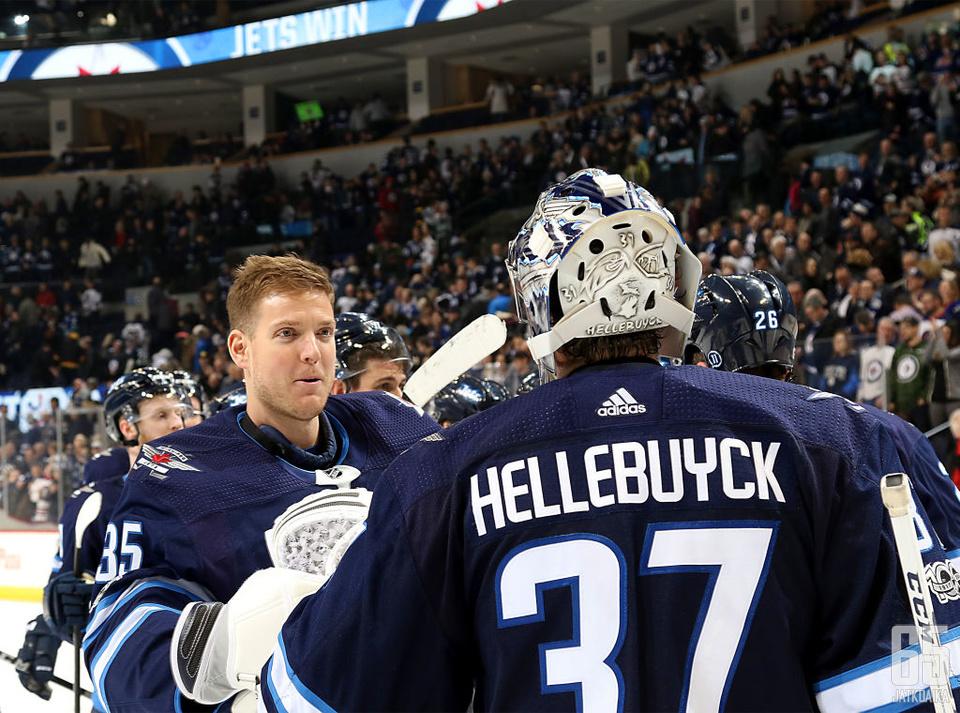 Connor Hellebuyck jatkaa Jetsissä kevääseen 2024 asti.