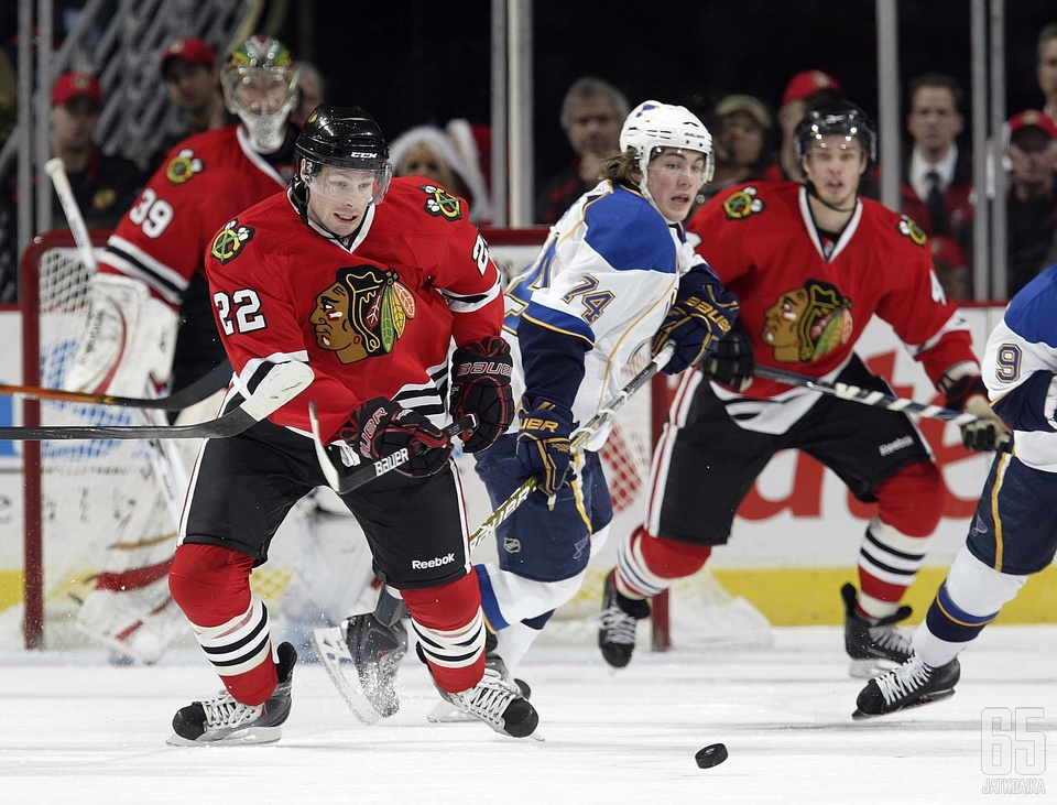 Kuvassa vielä Blackhawks-paidassa pelaava Troy Brouwer (#22) ja T.J. Oshie (#74) vaihtavat joukkueita päikseen.
