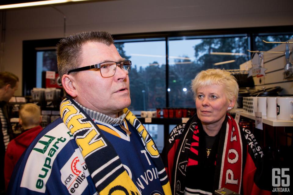 Jari Vainio-Kaila (vas.) ja Raija Vainio-Kaila tulevat pudotuspelien aikaan hyvin toimeen, vaikka eri joukkueita kannattavatkin.