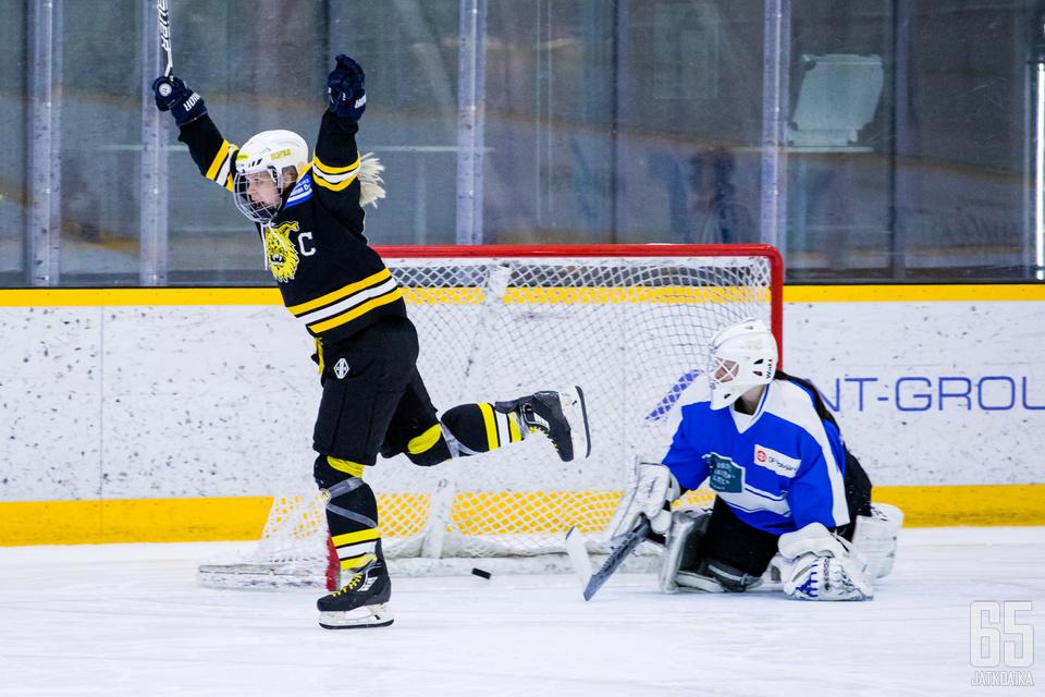 Ilves-kapteeni Linda Välimäki tuuletti ottelun ratkaissutta voittolaukausta välieräsarjan edellisessä kohtaamisessa.