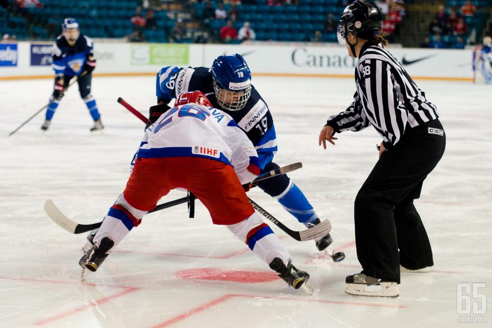 Naisleijonien MM-turnaus alkoi niukalla tappiolla Venäjälle.