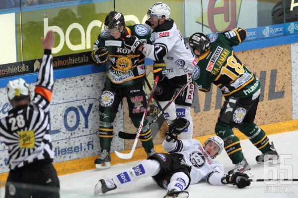 Ilveksen Alexander Ruuttu saa kampitustaklauksestaan kurinpalautusta Tapio Laaksolta. Jäässä makaa uhriksi joutunut Josh MacNevin.