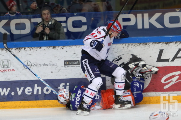 Aleksander Barkovin olkapää vääntyi Ilari Melartin taklauksesta.