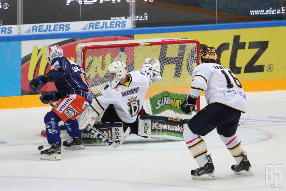 Laurikaisen pelasi ensimmäisen täyden liigaottelunsa Tampereella.
