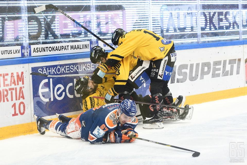 KalPan kakkosvitja juhlii alimpana olevan Kai Kantolan 1–2-osumaa. Tomas Záborsky murjottaa etualalla.