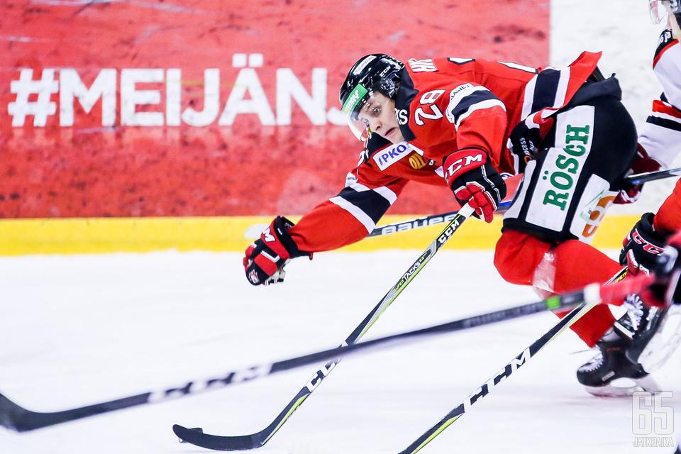 Timo Hiltunen taituroi Jokipoikien voittomaalin jatkoajalla.