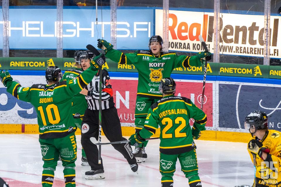 Ilveksen lepsuilu oli maksaa pisteitä avausottelussa SaiPaa vastaan. Tässä 1−0-maalia tuulettaa Ville Meskanen (keskellä).