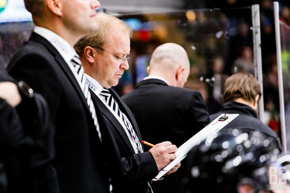 Kalle Kaskinen valmentaa tiukassa paikassa.