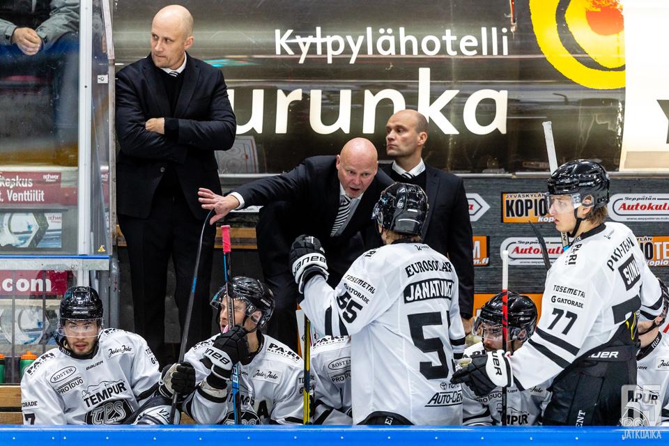 Marko Virtanen otti TPS:n pelaajat heti komennukseensa.