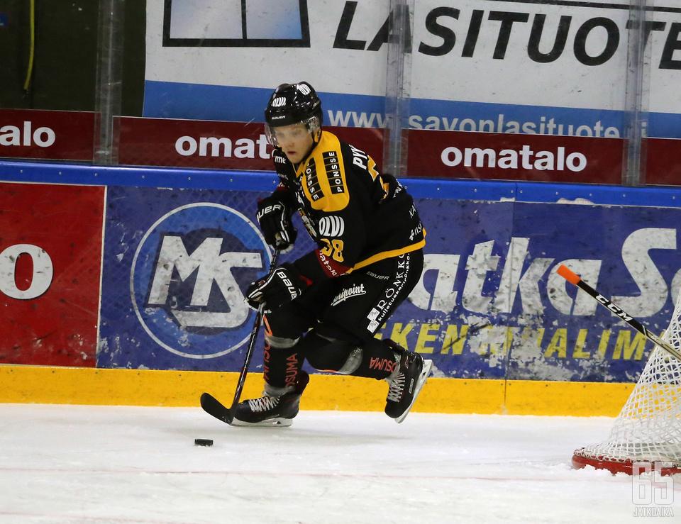 Samu Pyykkönen joutui vaihtamaan sentterin paikalta puolustajaksi, kun Taneli Siikaluoma kärsi lauantaina pelikieltoaan. Alun epävarmuus karisi pelin edetessä ja mies hoiti roolinsa mallikkaasti.