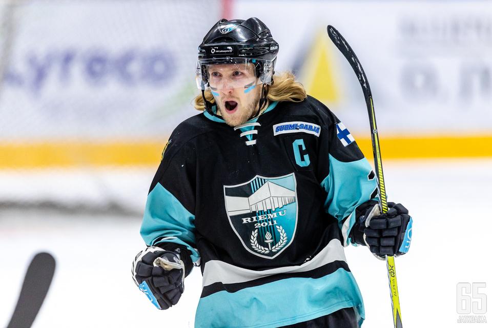 Liikunnan Riemun kapteeni Mikko Hyvönen tuuletti tyylikästä osumaansa.