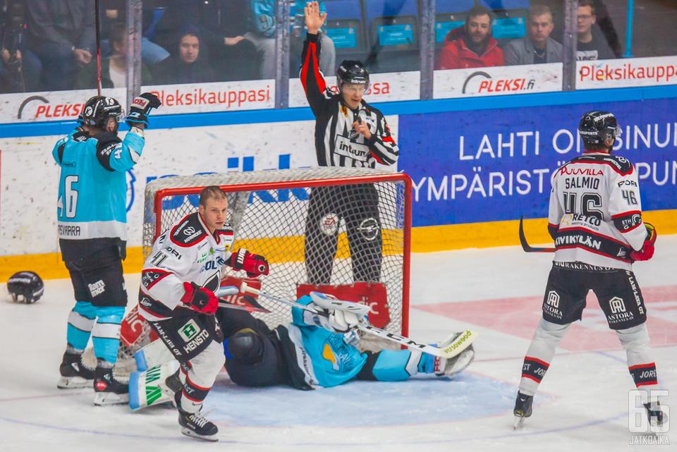 Ottelun erikoisin tilanne liittyi Atte Tolvaseen, kun toisessa erässä häneltä irtosi patja jalasta.