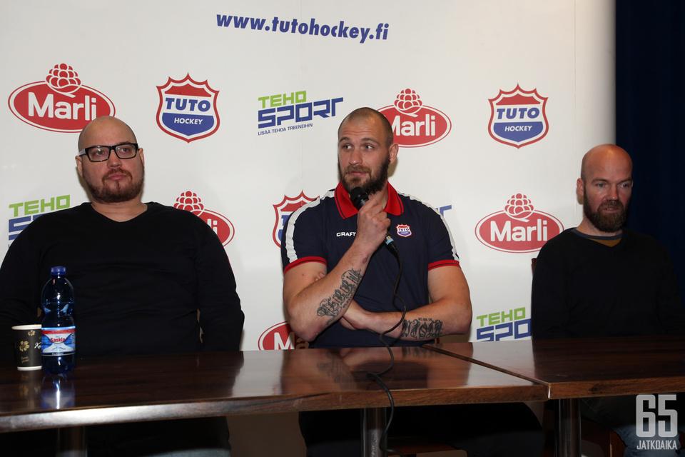Elmo Aittola (vas.), Jonne Virtanen ja Antti Virtanen olivat pääosissa TUTOn tiedotustilaisuudessa.