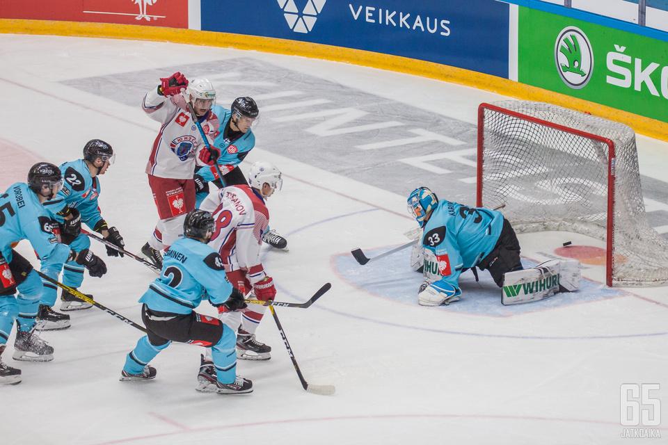 Junost Minsk löi kiekot sisään Pelicansin puolustajien katsellessa vierestä.