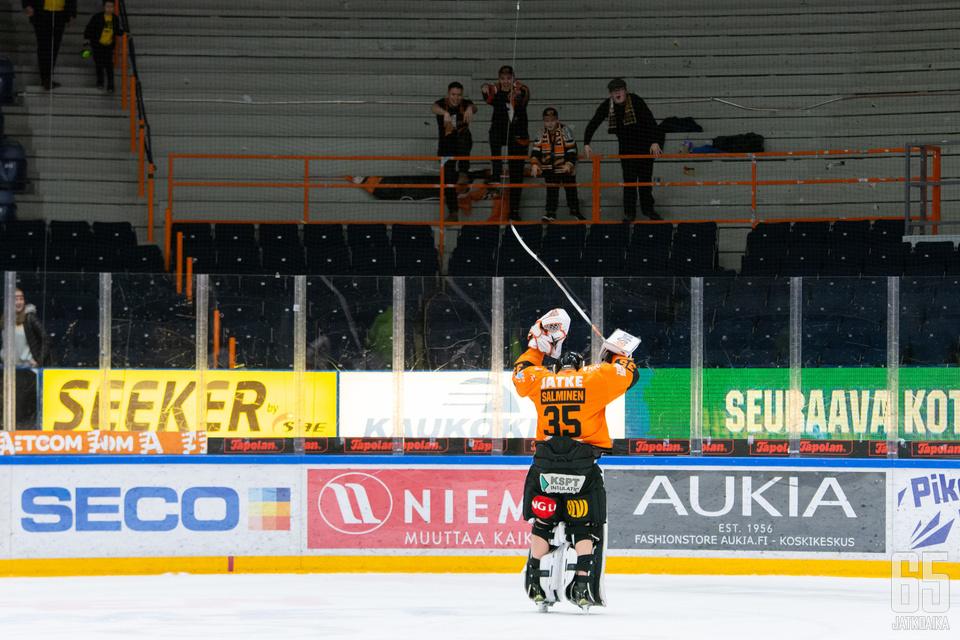 Salminen kiitti Tampereelle saapuneita KooKoo-kannattajia voiton jälkeen.