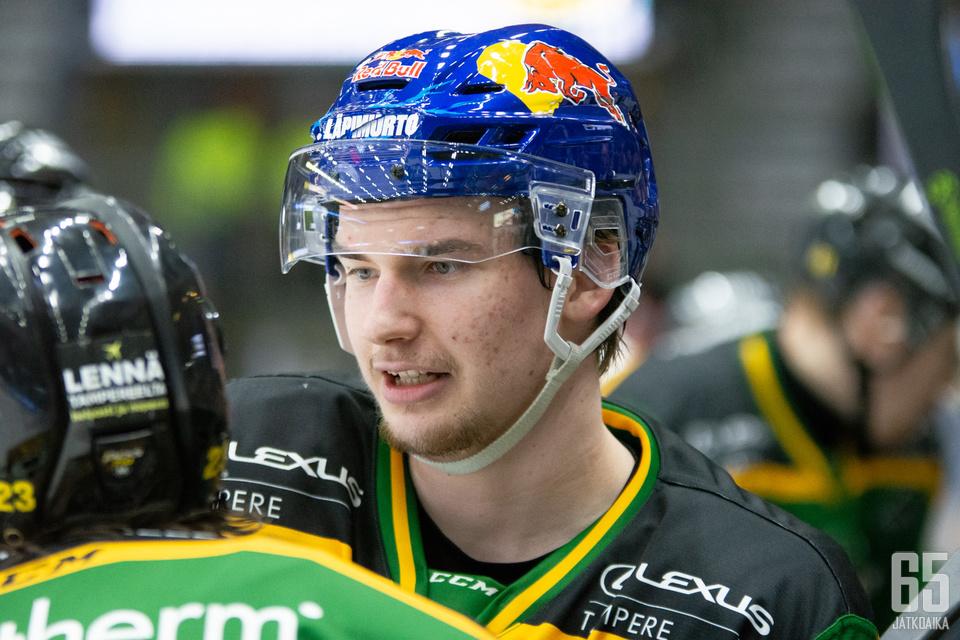Vainionpää on pelannut Ilveksen Red Bull -kypärällä Oskari Laaksosen ollessa sivussa.