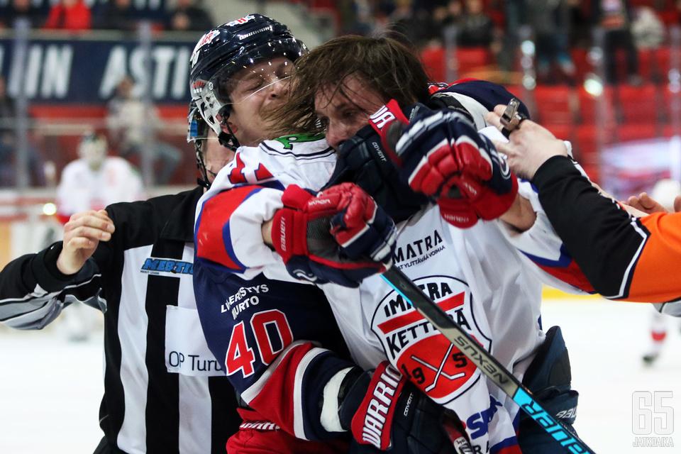 TUTOn Mikke Levo suivaantui ottelun viimeisellä sekunnilla.