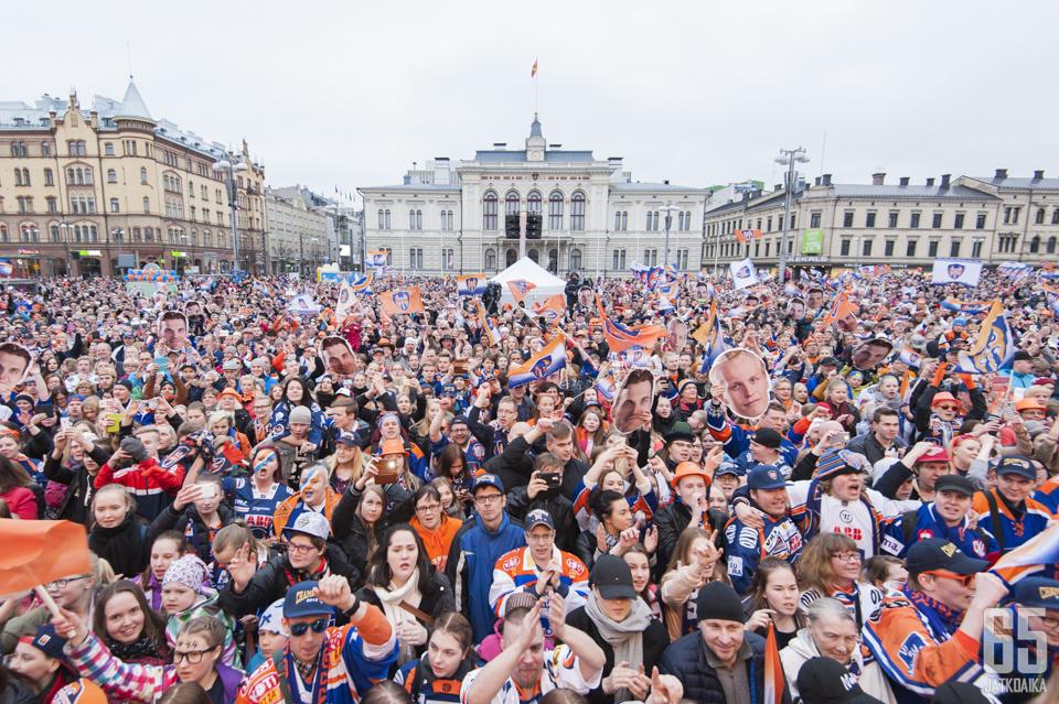 Sinioranssi meri lainehti torilla, kun Tappara juhli Suomen mestaruutta yhdessä faniensa kanssa.