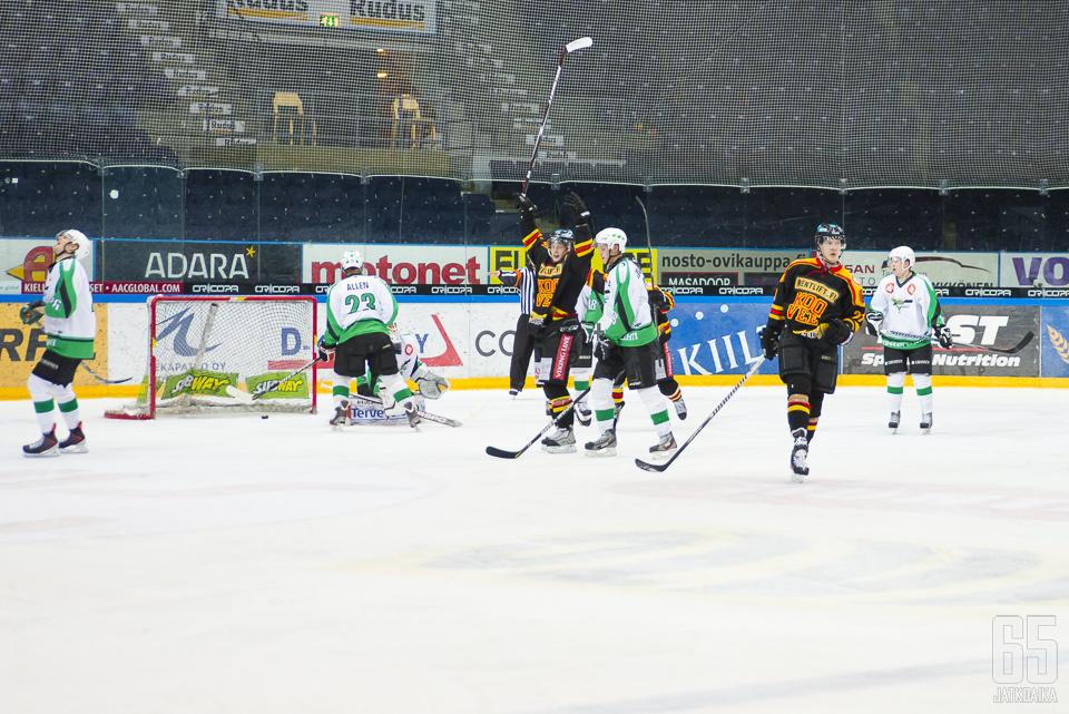 Vielä viime kaudella Suomi-sarjassa maaleja tuulettanut Tomi Iso-Mustajärvi on ollut Mestiksen valopilkku.