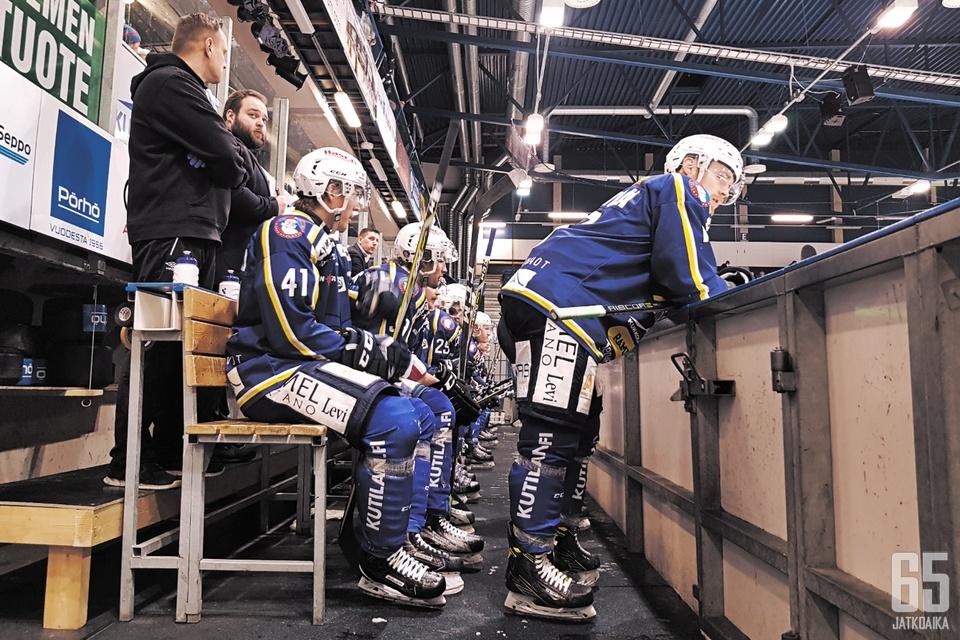 RoKin joukkuetta omassa vaihtoaitiossaan runkosarjan viimeisessä kotiottelussa lauantaina 3.3.2018.