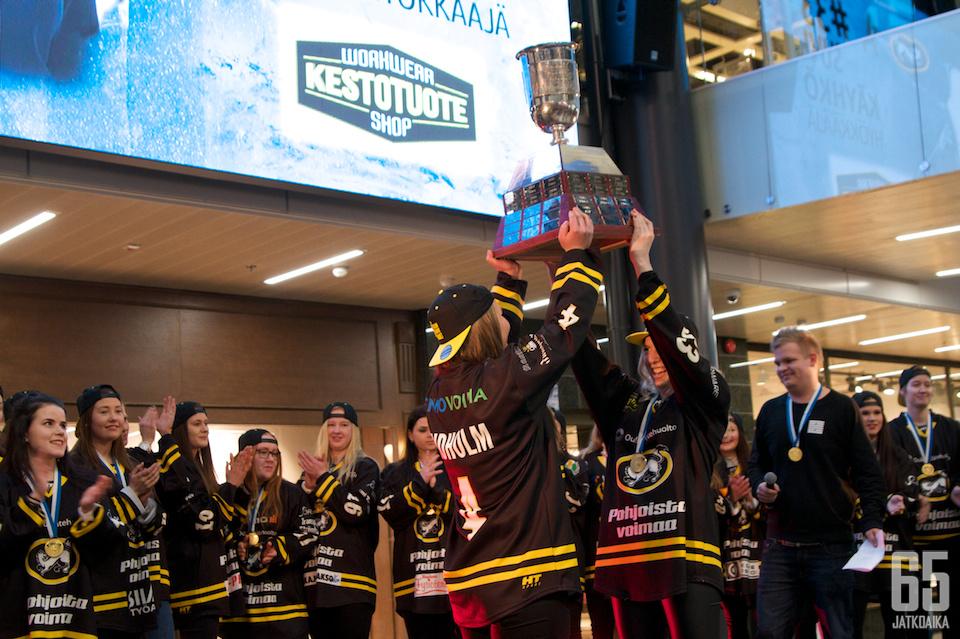 Reetta Lindholm ja Suvi Käyhkö nostivat Aurora Borealis -pystin koko juhlakansan nähtäväksi.