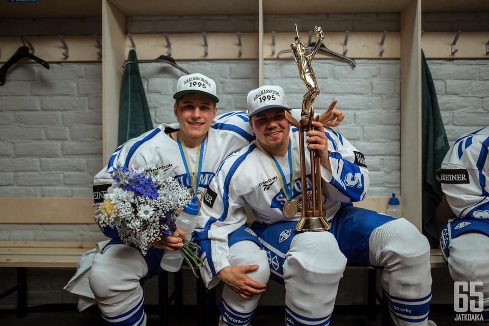 Juha Ylönen (Mikko Lindbom) ja Timo Jutila (Joel Hirvonen). MM-joukkueen edesottamukset eivät olleet 95:n mielenkiintoisinta antia.