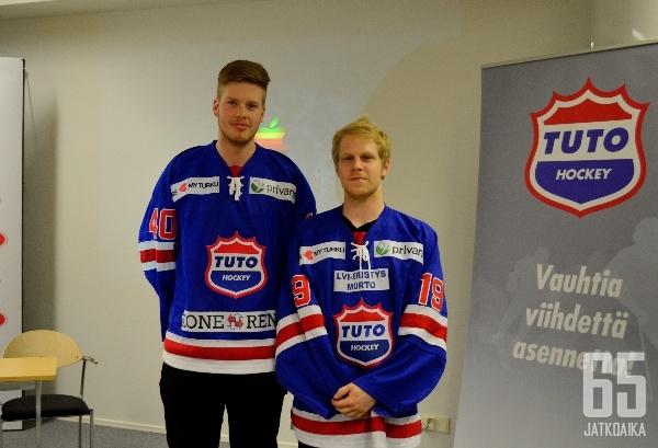 TUTOssa ensi kaudella kiekkoilevat Matias Kuusisto ja Tommi Virtanen esittelevät TUTOn uudistunutta pelipaitaa.