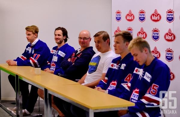TUTO esitteli torstain lehdistötilaisuudessa kuuden pelaajasopimuksen lisäksi valmennukseen liittyvän Hermanni Vidmanin (neljäs vasemmalta).