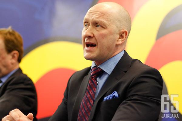 Jarmo Kekäläinen esiintyy jatkossa Columbus Blue Jacketsin mainosseinän edustalla.