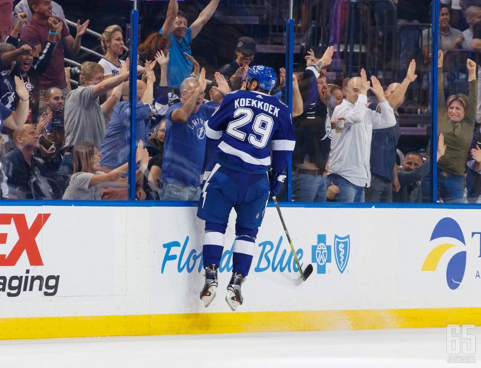 Lightningin puolustaja Slater Koekkoek maalasi uransa kaksi ensimmäistä NHL-maalia Penguinsin verkkoon