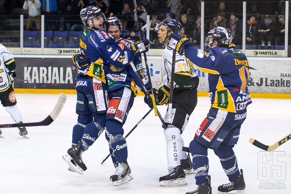 Jesse Virtanen hyppäsi onnittelemaan voittomaalin tehnyttä Joni Nikkoa.