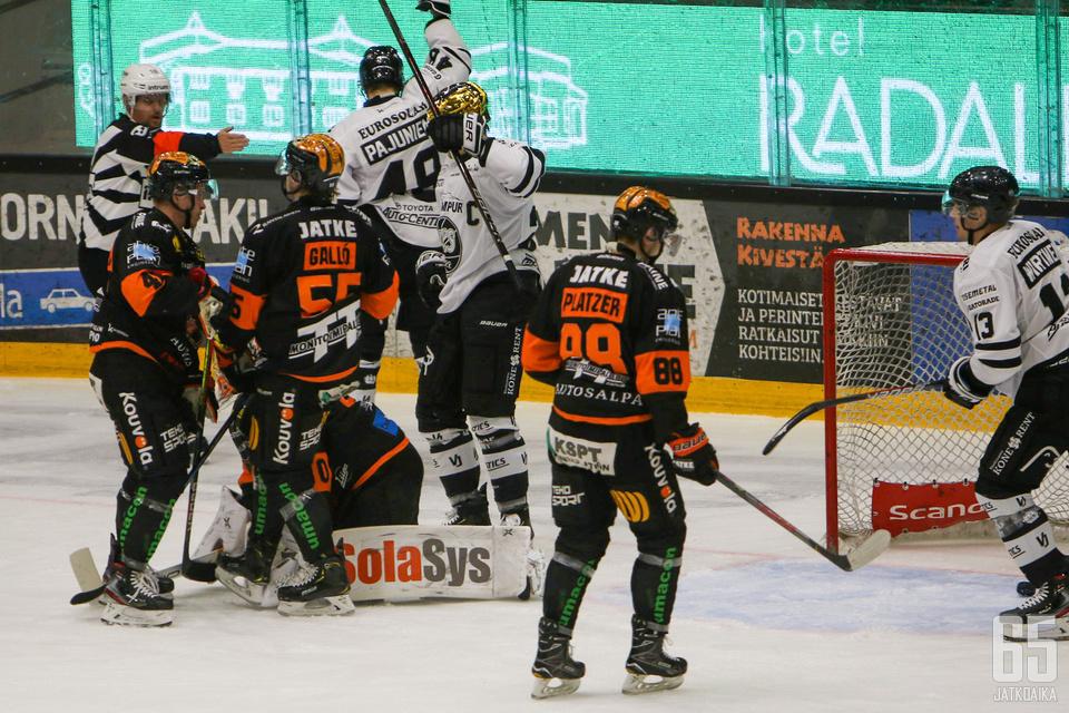 TPS pääsi juhlimaan maalia Kouvolassa peräti seitsemän kertaa, aiheuttaen KooKoolle jo kauden toisen lukemin 2–7 tulleen tappion.