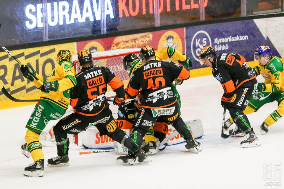 KooKoo on ryhtynyt puolustamaan omaa maaliaan aktiivisesti. Henrik Haukelandia ei jätetty yksin Ilvestä vastaan.