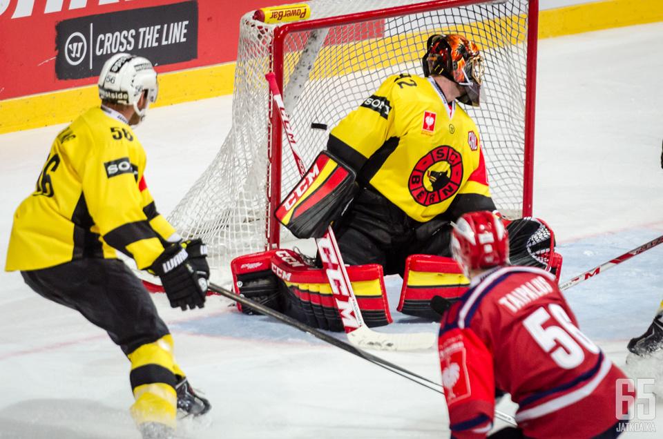 Janick Schwendener ei ehtinyt Lauri Taipaluksen laukauksen tielle.