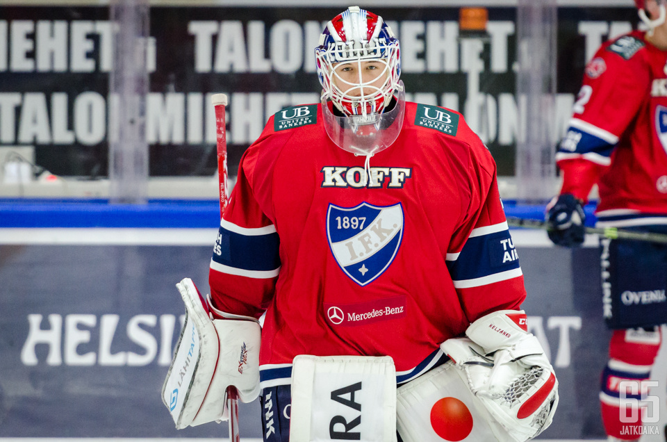 Christian Heljanko torjuu loppukauden Jukureiden maalinsuulla.