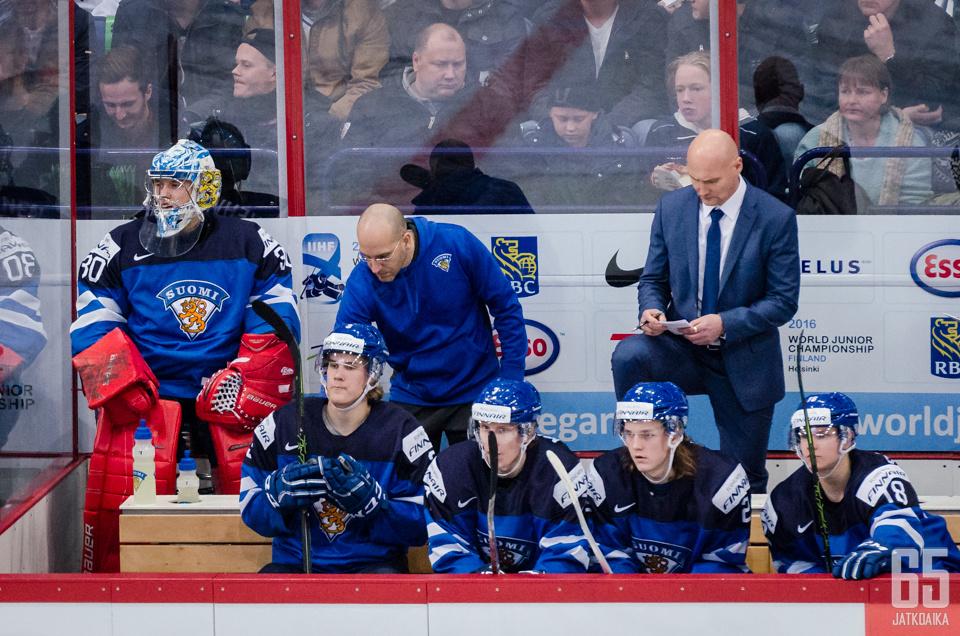 Timo Lehkonen on nähty myös Nuorten leijonien penkin takana.