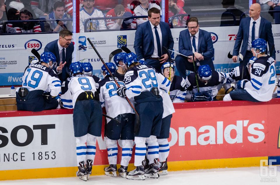 Antti Pennanen ja Kari Lehtonen (valmentajista kaksi keskimmäistä) olivat mukana myös vuoden 2016 nuorten MM-joukkueen valmennustiimissä.