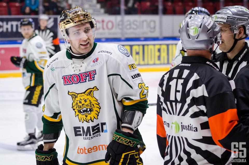 Markku Flinck seuraa tulevat ottelut katsomosta.