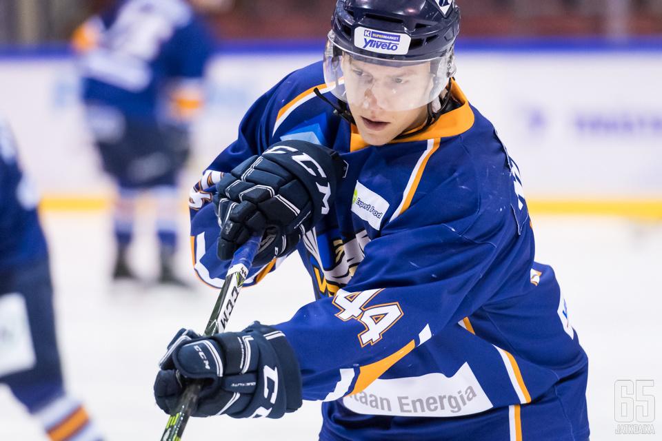 Kiekko-Vantaan puolustaja Nico Nurmikanta teki vuoden jatkosopimuksen Jokerien kanssa.