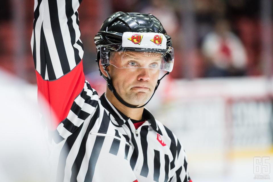 Stefan Fonselius oli toinen ottelun päätuomareista.