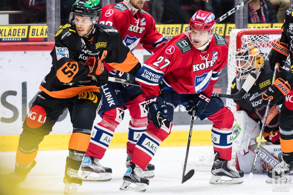KooKoon Jake Newton puolustaa HIFK:n Juha-Pekka Haatajaa vastaan.