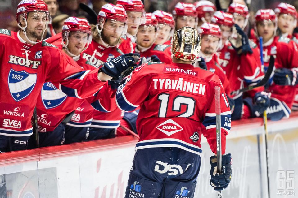 Juhani Tyrväinen kantaa joukkueensa kultaista kypärää. (Arkistokuva)