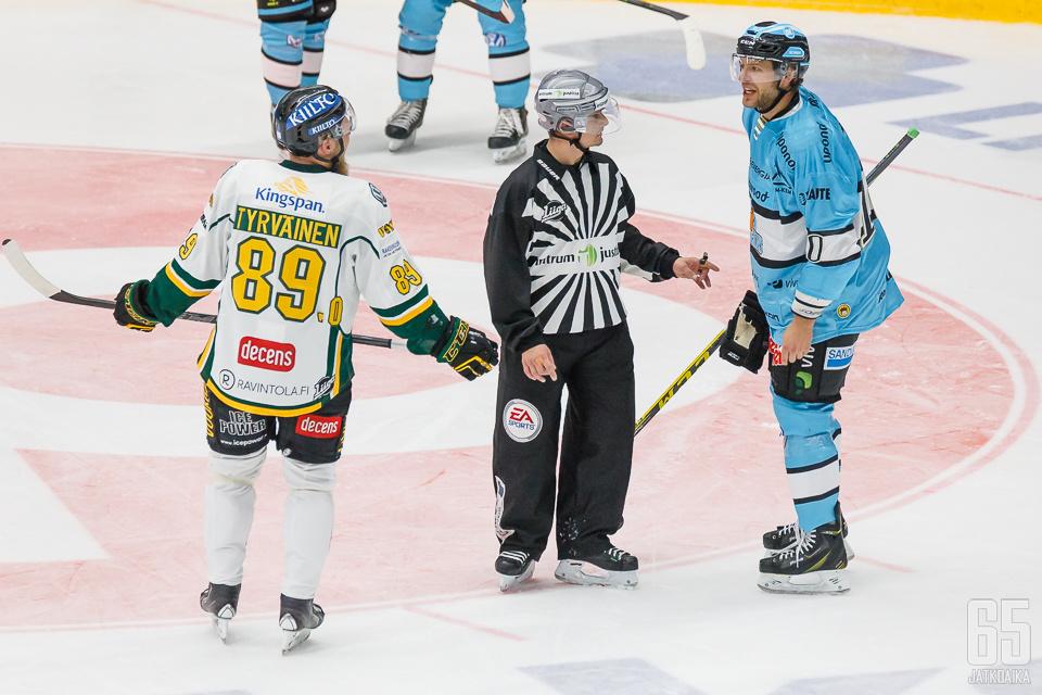 Ben Blood antoi Antti Tyrväiselle palautetta.