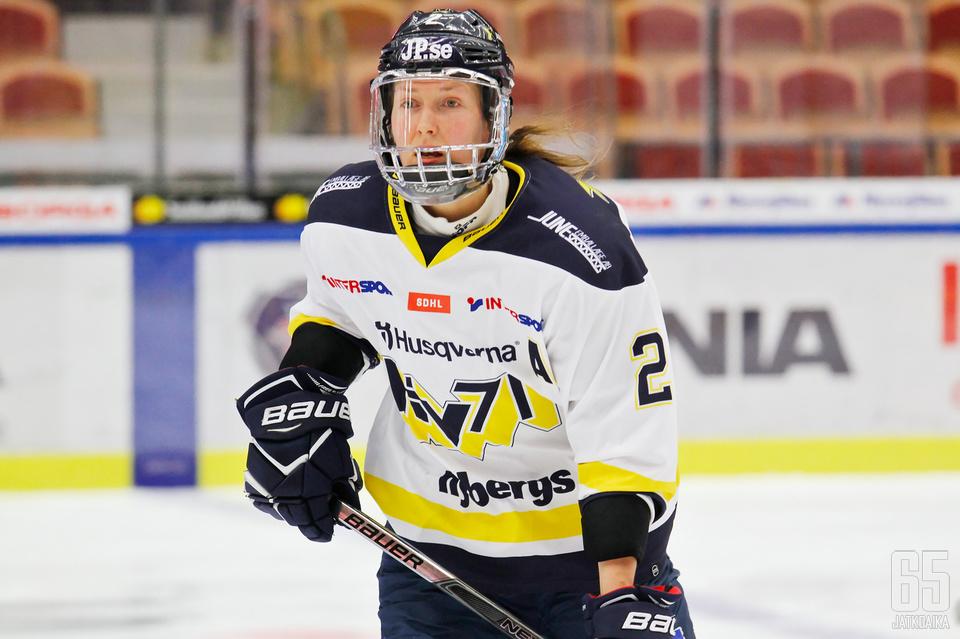 Naisleijonien tukupilari Rosa Lindstedt puolustaa HV71:ssä.