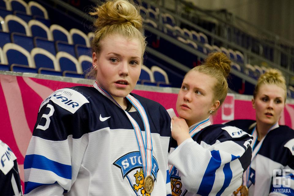 Ronja Savolainen (vas.) ja Eve Savander (kesk.) olivat juhlatunnelmissa. Taustalla hienon ottelun pelannut maalivahti Meeri Räisänen.