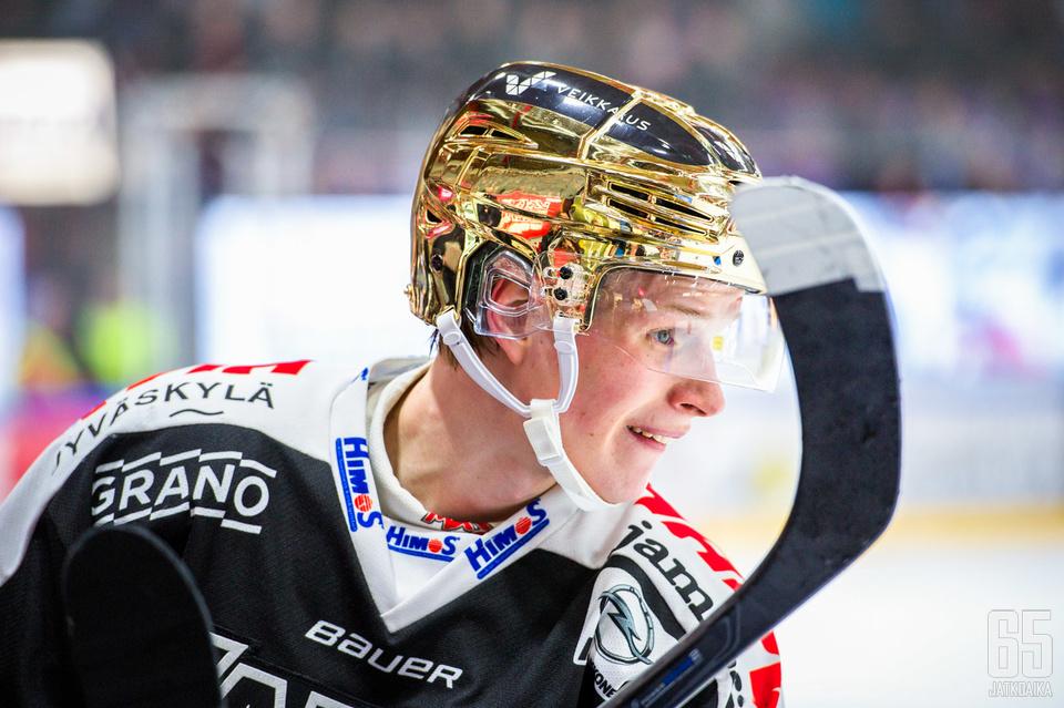 Antti Suomela voittaa ensimmäisenä JYP-pelaajana Veli-Pekka Ketola -palkinnon.
